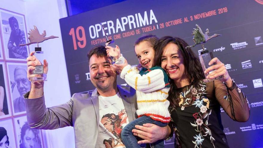 El director y la productora de 'Un día más con vida', con sus premios del festival Ópera Prima de Tudela