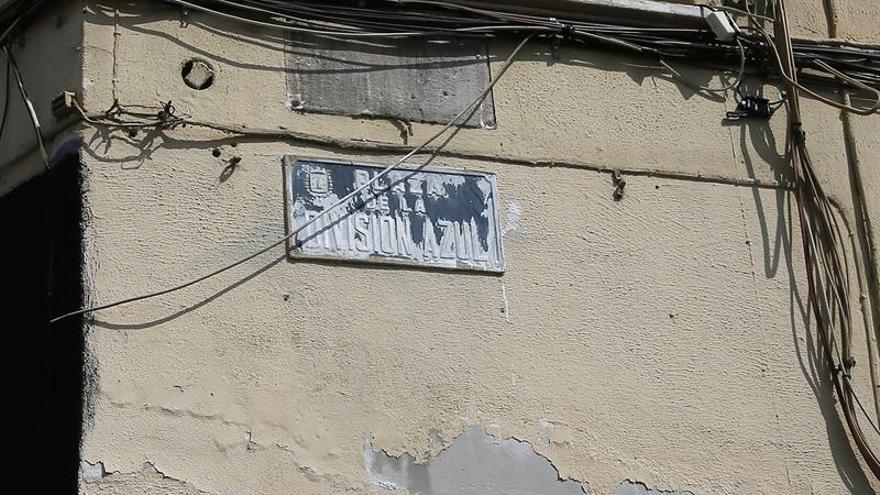 Manchan de pintura las placas repuestas de la plaza División Azul de Alicante