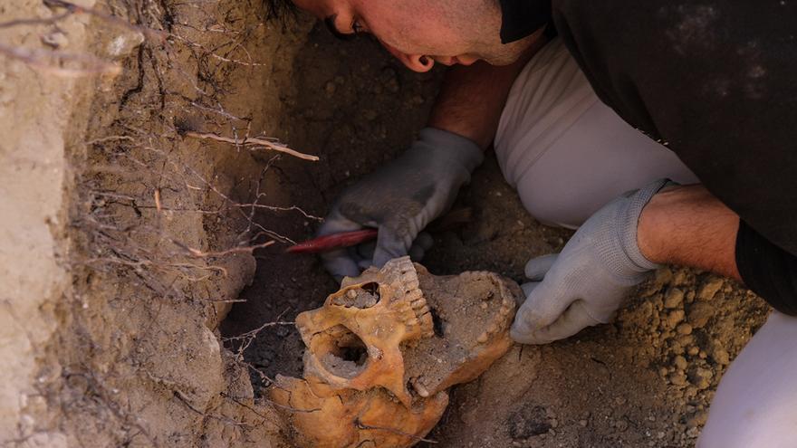"""""""En el cariño con el que los forenses desentierran los cuerpos de las fosas muchos ven un comienzo de la reparación"""", dice Francisco Ferrándiz. Exhumación de fosa en el Cementerio Viejo de Arganda del Rey en abril de 2014. Foto: Óscar Rodríguez (ARMH)"""