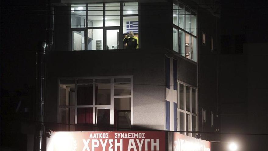La policía busca a los autores del doble asesinato ante un local neonazi en Atenas