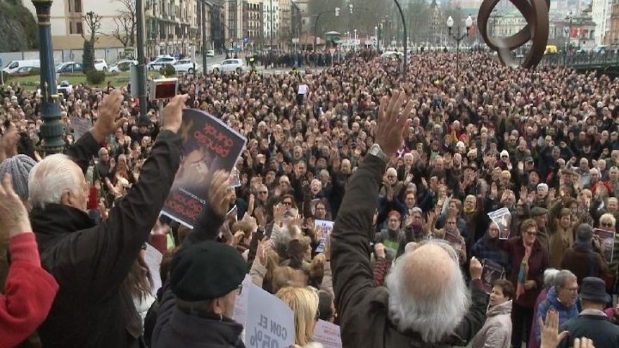 """Imagen de archivo de miles de pensionistas concentrados en Bilbao contra la pérdida de poder adquisitivo y piden """"pensiones dignas"""""""