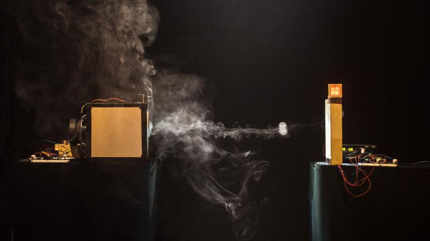 'BinAIRy Talk', una instalación artística que convierte los bits en señales de humo (Foto: Niklas Isselburg y Jakob Kilian)