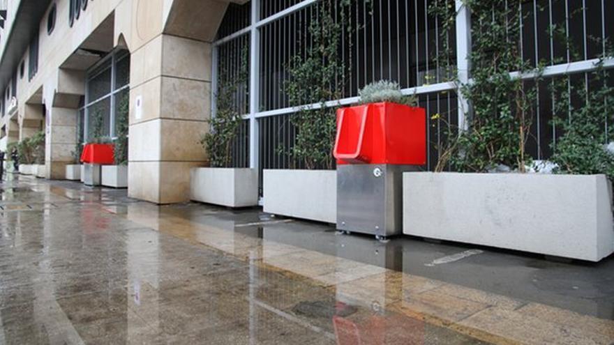 Los orinales están recubiertos con pintura roja resistente a los grafitis y cuestan unos 3.000 euros por unidad // http://www.uritrottoir.com/