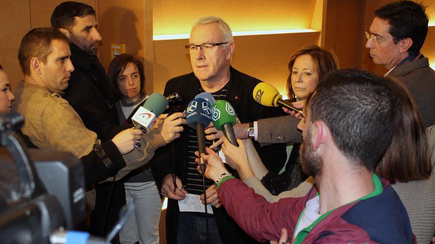 El coordinador general de Izquierda Unida, Cayo Lara, atiende a los medios en Valencia