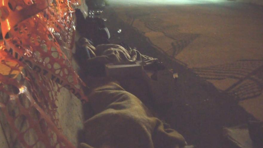 - Y la última es de varias personas durmiendo en los alrededores de la estación de Tiburtina, a 200 metros del campo de Baobab.