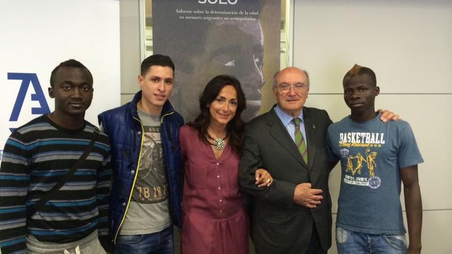 Lourdes Reyzábal y Carlos Carnicer juntos a tres chicos participantes en el informe Sólos por estar solo./ Fundación Raíces