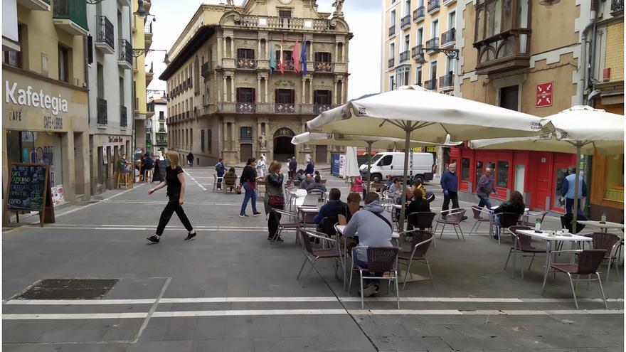 Terrazas de la plaza del Ayuntamiento de Pamplona al 50% de ocupación
