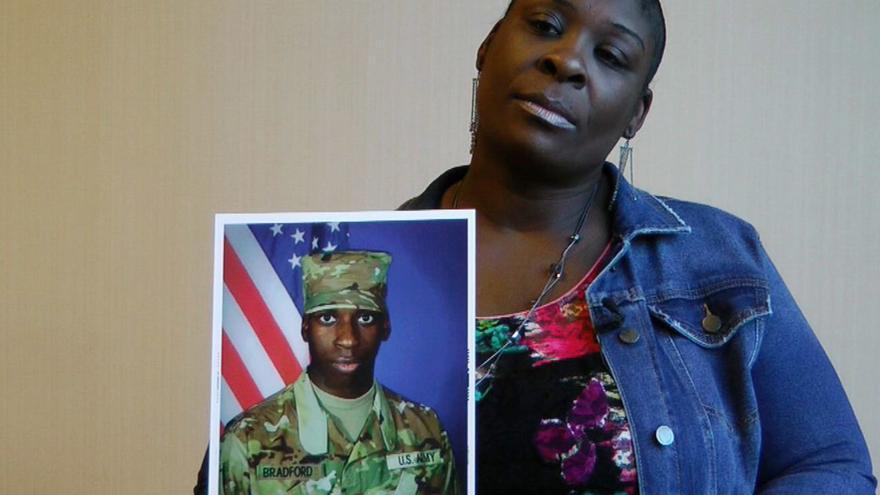 April Pipkins, madre de Emantic EJ Bradford, sostiene una foto de su hijo asesinado por la policía.