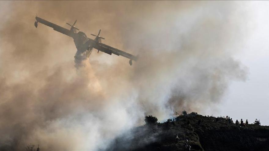 El incendio de Bizkaia se ha extinguido esta noche, tras quemar 130 hectáreas
