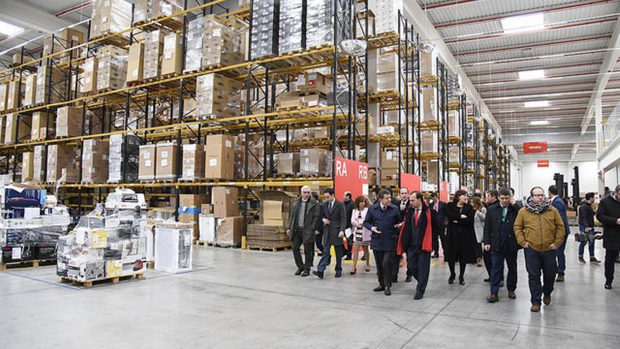 Visita del presidente de Castilla-La Mancha, Emiliano García-Page, de las instalaciones de la empresa XPO Logistics en Cabanillas del Campo.