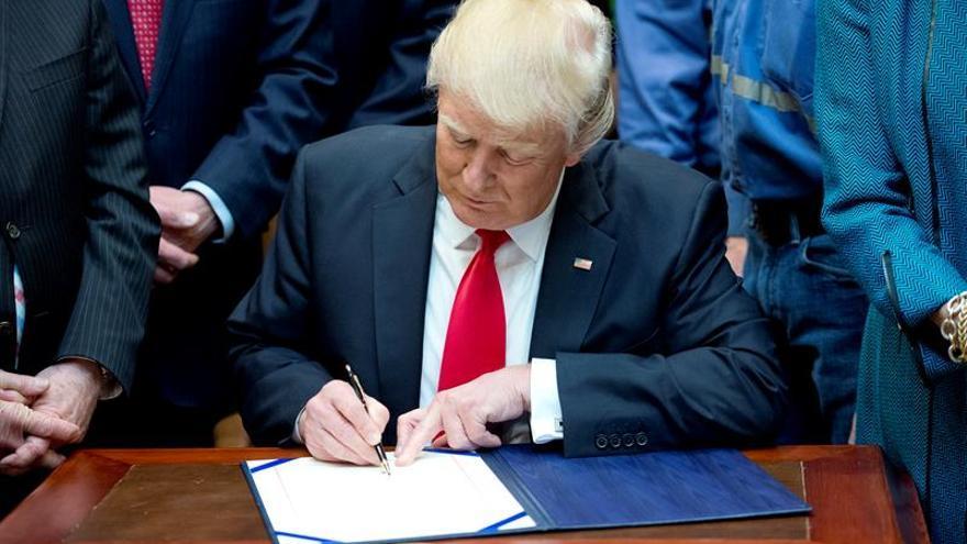 """Trump firma una orden para eliminar las """"excesivas"""" regulaciones empresariales"""