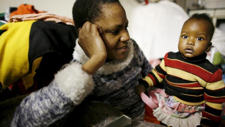 Violet Aleter y su hija de siete meses Sandra, refugiadas de Zimbabue en Johanesburgo en 2007.