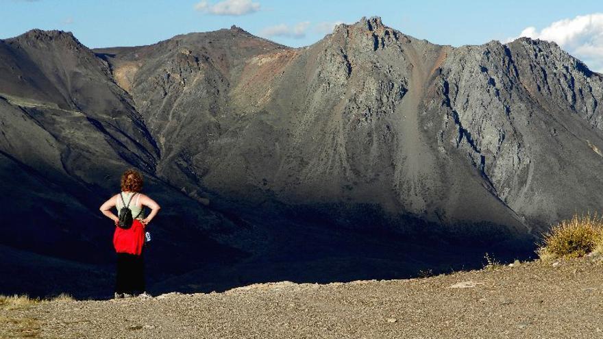 l cerro que la minera canadiense Meridian Gold pretendía (literalmente) explotar se ubica a seis kilómetros de Esquel. Sólo el 3% de los beneficios se hubieran quedado en el país. FOTO: Asamblea No a la Mina.