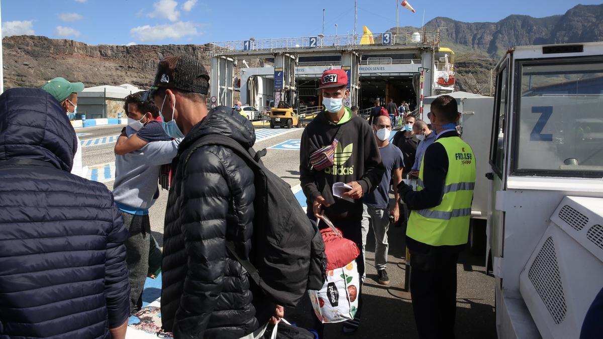 Un grupo de migrantes es trasladado a Tenerife desde un hotel del sur de Gran Canaria