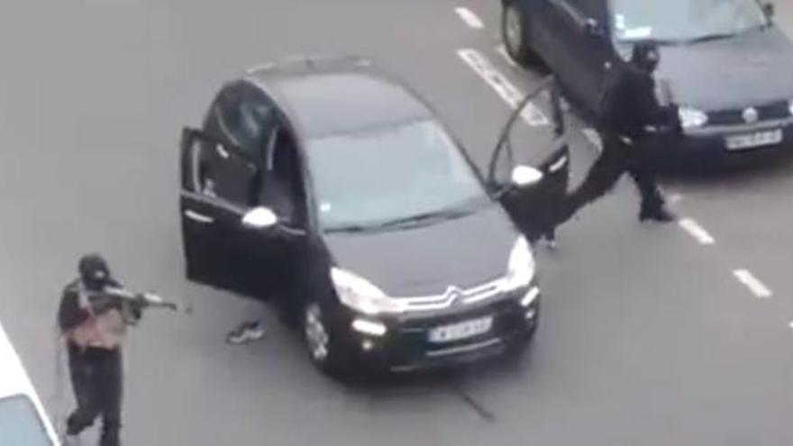 Captura de un vídeo en el que se ve a dos de los atacantes armados con fusiles.