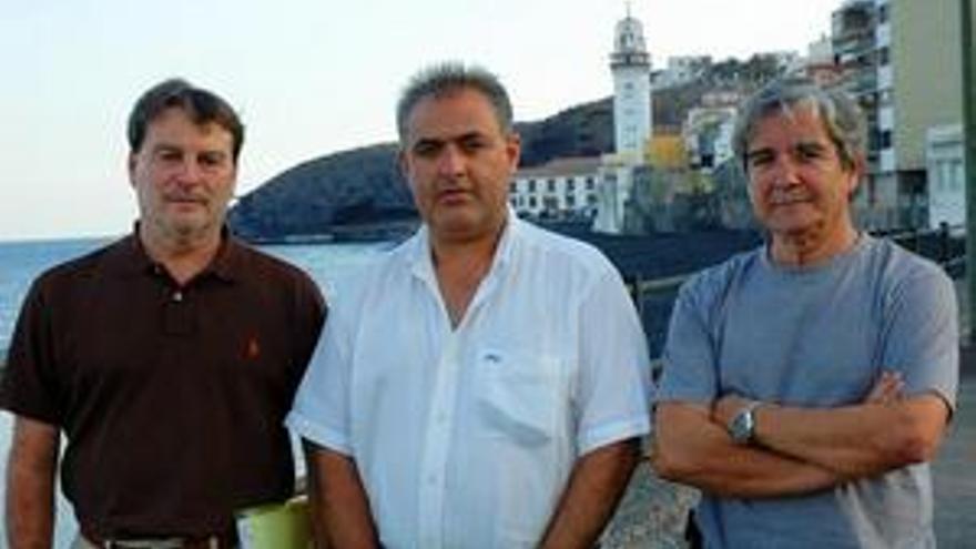 Ignacio (i.) y Francisco (d.), de Candelaria Solidaria, acompañan a Vicente, que ha recibido su ayuda. (CANARIASINVESTIGA.ORG)