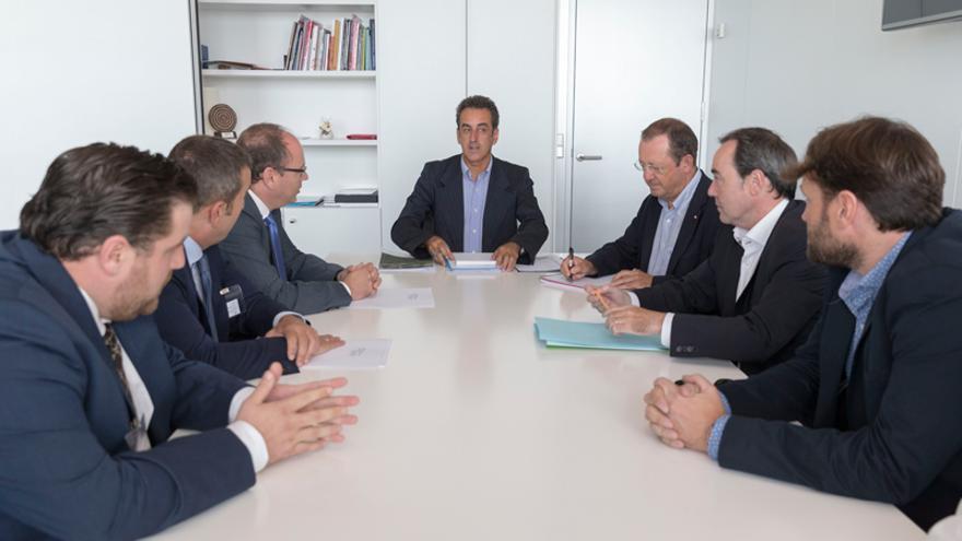 El consejero Francisco Martín junto a los representantes de la Asociación Eólica de Cantabria. | Miguel López