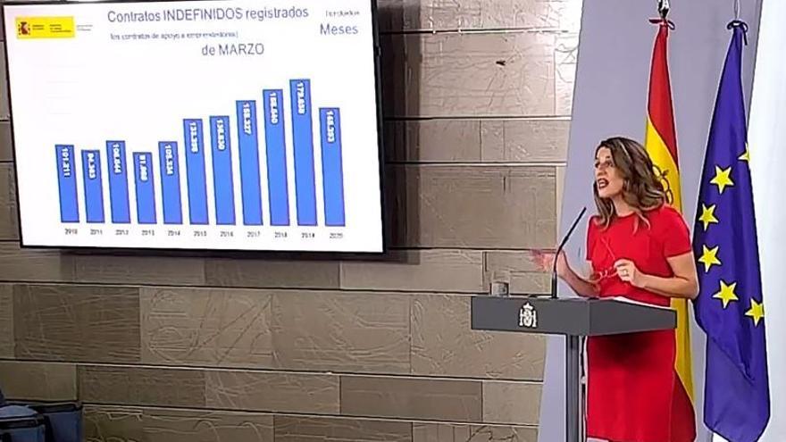 Captura de la señal institucional del Palacio de la Moncloa que muestra a la ministra de Trabajo, Yolanda Díaz, durante la rueda de prensa ofrecida este jueves, para informar sobre los datos de desempleo y afiliación a la Seguridad Social, en el Complejo de La Moncloa en Madrid.