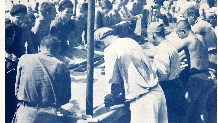 Un grupo de prisioneros en un lavadero. | REVISTA NUEVA ESPAÑA