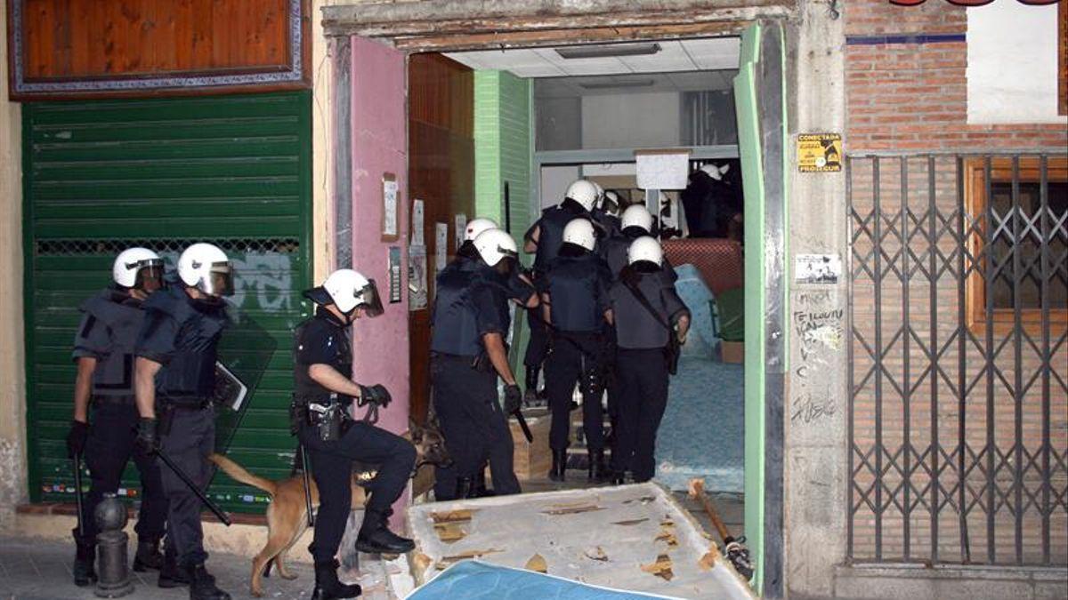 La Policía actúa durante el desalojo de una vivienda