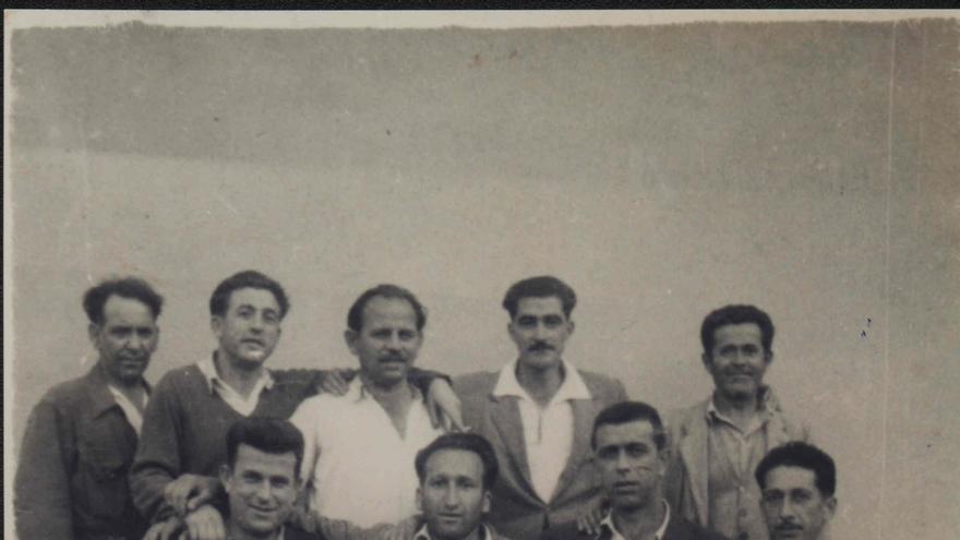 El día de la Merced de 1952 en la Prisión Provincial. En la parte superior, de izquierda a derecha, Elías Villegas 'El pollo', Ángel Morante, Julio Vázquez, Antonio Pérez Arenal y una persona sin identificar. En la parte inferior, Juan Prieto, Enrique González Zurita, Agudo y 'Manolete'.