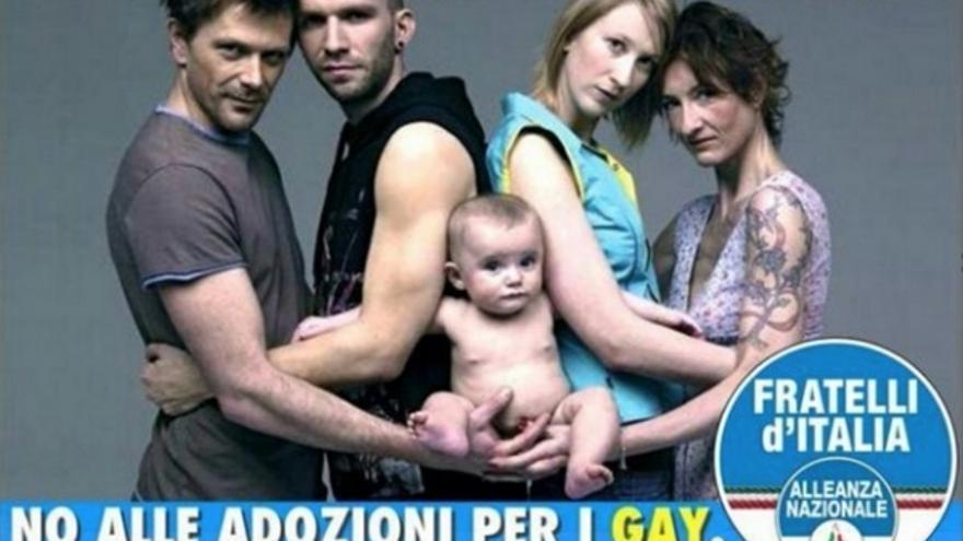 """Fratelli d'Italia puso el rótulo de """"Un niño no es un capricho"""" a una obra del publicista de Benetton Oliviero Toscani en la que dos parejas homosexuales sostienen a un bebé."""
