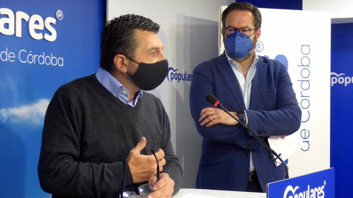 Toni Martín interviene junto a Adolfo Molina, en la sede del PP de Córdoba.