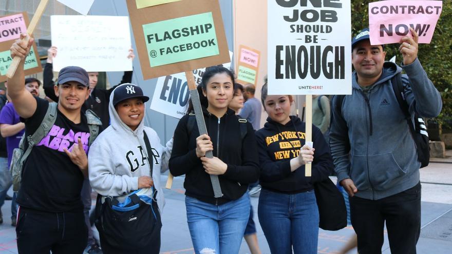 Trabajadores de la cafetería de Facebook piden un aumento de salarios en San Francisco.