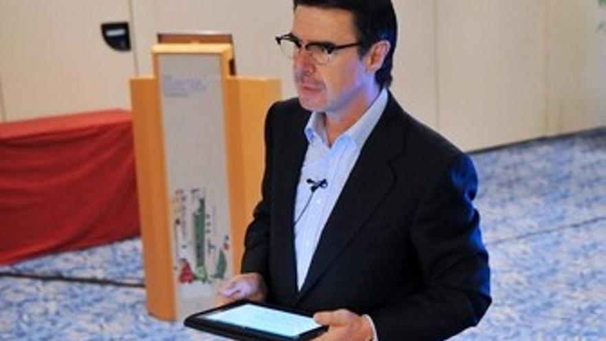 José Manuel Soria, manejando un iPad. (ACFI PRESS)