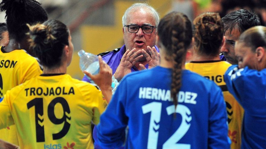 El entrenador del Rocasa Gran Canaria dando instrucciones a sus jugadoras.