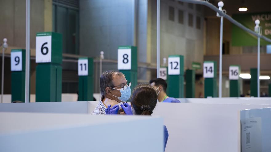 Un hombre tras recibir la vacuna en la primera jornada de vacunación ante la Covid-19 en el Estadio de La Cartuja de Sevilla, (Andalucía, España), a 22 de abril de 2021.