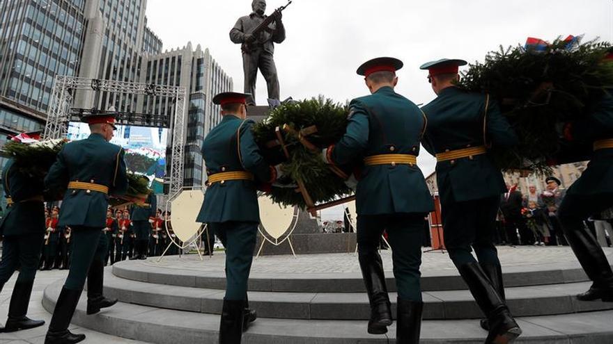 Moscú homenajea a Kaláshnikov y su famoso fusil con un gigantesco monumento