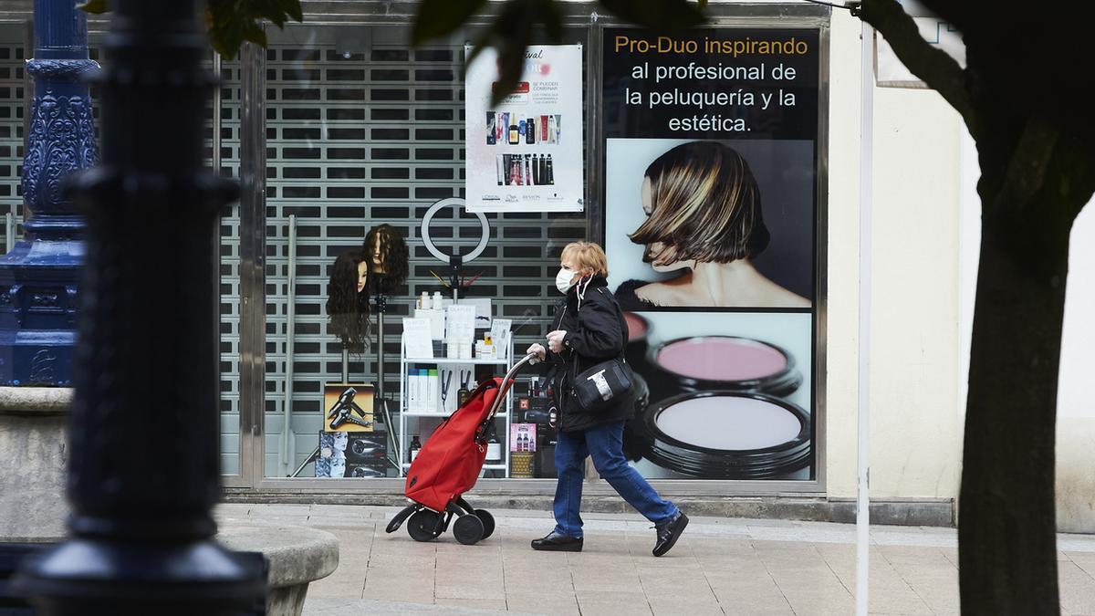 Una mujer pasea por Santander.