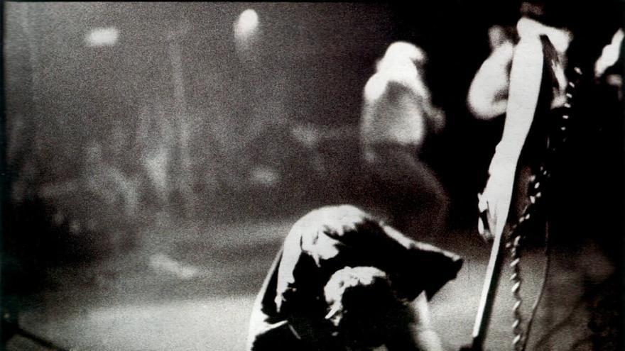 Imagen de Paul Simonon reventando su bajo Fender en el escenario de The Palladium, en Nueva York. La foto se convertiría en la portada del álbum más famoso de The Clash, 'London Calling'