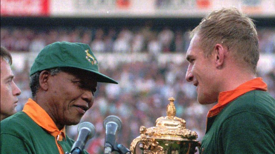 Histórico momento en el que el presidente Nelson Mandela entrega la copa del Mundo al capitán de la selección sudafricana de rugby, Francios Pienaar, en 1995 / Foto: AP
