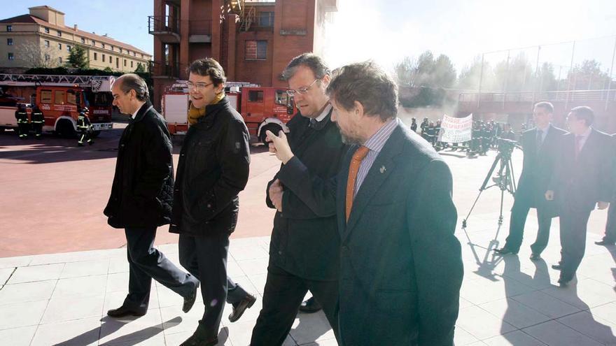 En el centro, el consejero de Fomento de la Junta de Castilla y León, Antonio Silván; y a su derecha, el alcalde de Salamanca, Alfonso Fernández Mañueco. Al fondo, la manifestación de bomberos.