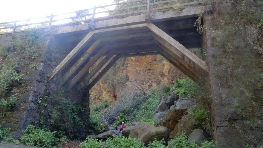 En la imagen, uno de los dos puentes de madera, situados en el municipio de Garafía, que pertenecieron a la antigua carretera de circunvalación de la Isla.
