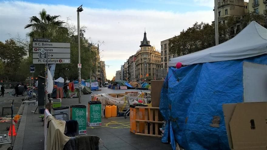 """Los acampados en Barcelona siguen """"firmes y con ilusión"""" pese a las identificaciones policiales"""