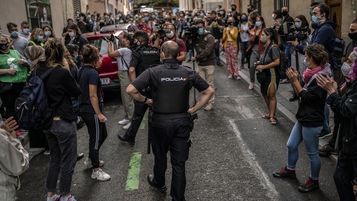 Activistas impiden el desahucio de Paco Rodríguez, este miércoles, en el barrio madrileño de Lavapiés.
