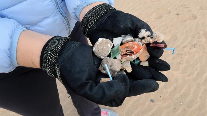 El plástico recogido en playas se convierte en creatividad con micromecenazgo