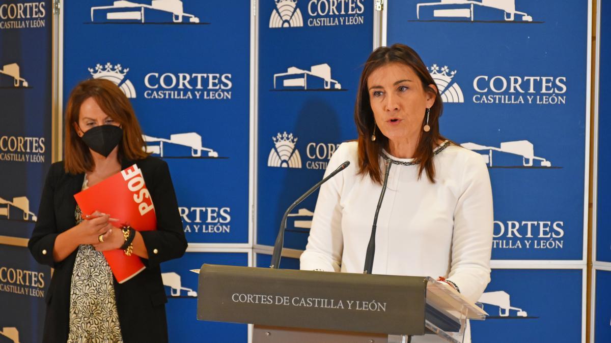 Patricia Gómez Urbán y Ana Sánchez, en la sala de prensa de las Cortes de Castilla y León.