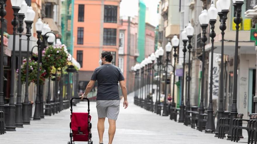 Un hombre camina por la desierta calle de Triana, en Las Palmas de Gran Canaria