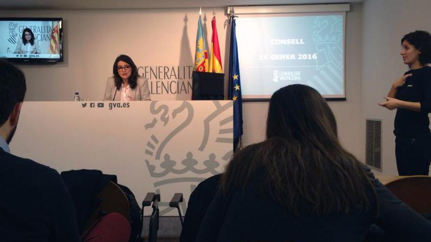 La vicepresidenta del gobierno valenciano, Mónica Oltra, atiende a los medios tras el pleno del Consell