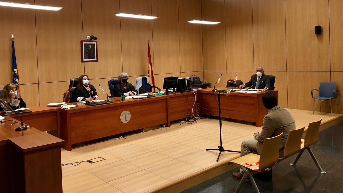 El cardiólogo del Hospital Clínico de Valencia en el banquillo de los acusados.