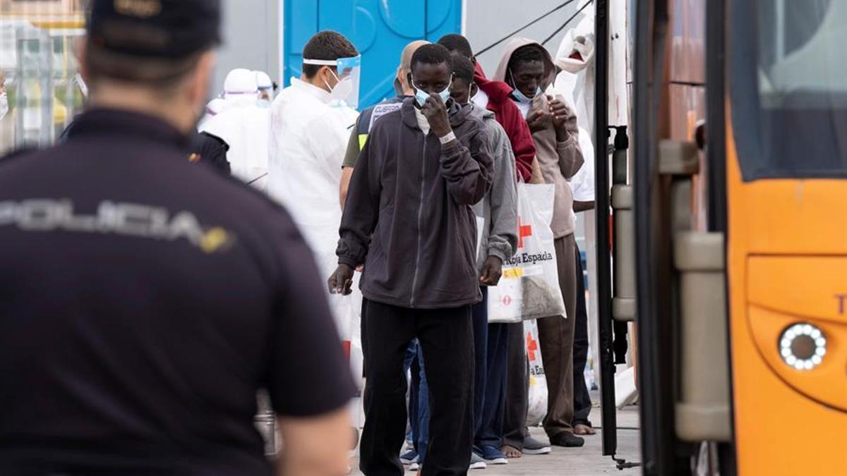 Migrantes en el puerto de Los Cristianos, en Tenerife