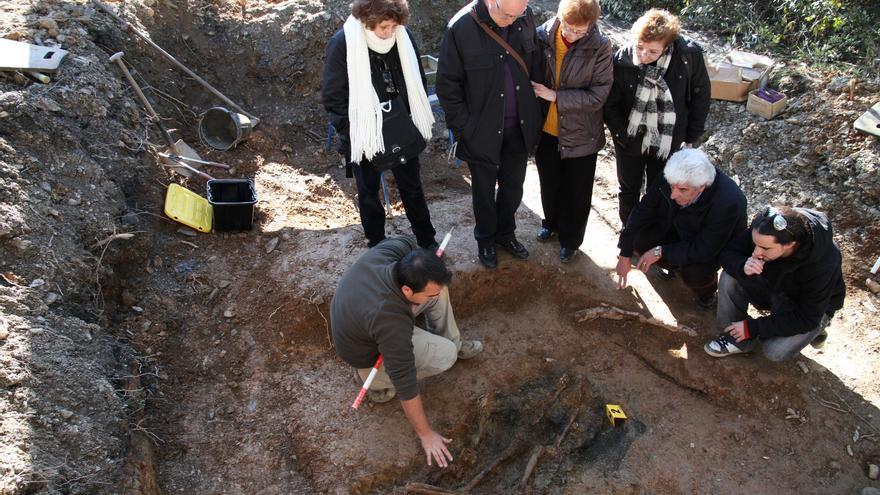 En la excavación de la aldea de El Álamo (Madroño, Sevilla) se exhumaron en 2011 los cuerpos de dos mineros fusilados 73 años atrás. Foto: ARMH.