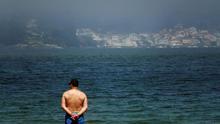 Un hombre observa el mar en A Coruña.