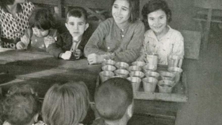 Niños desayunando en el refugio de Murcia denominado 'Pablo Iglesias'