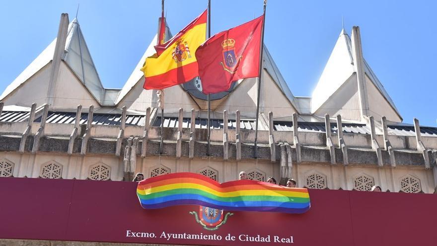 Colocación de la bandera arcoíris en el Ayuntamiento de Ciudad Real