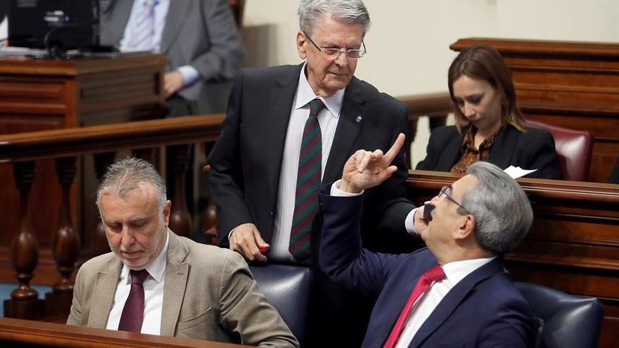 Julio Pérez (c), conversa con el vicepresidente Román Rodríguez (d), en el pleno del Parlamento